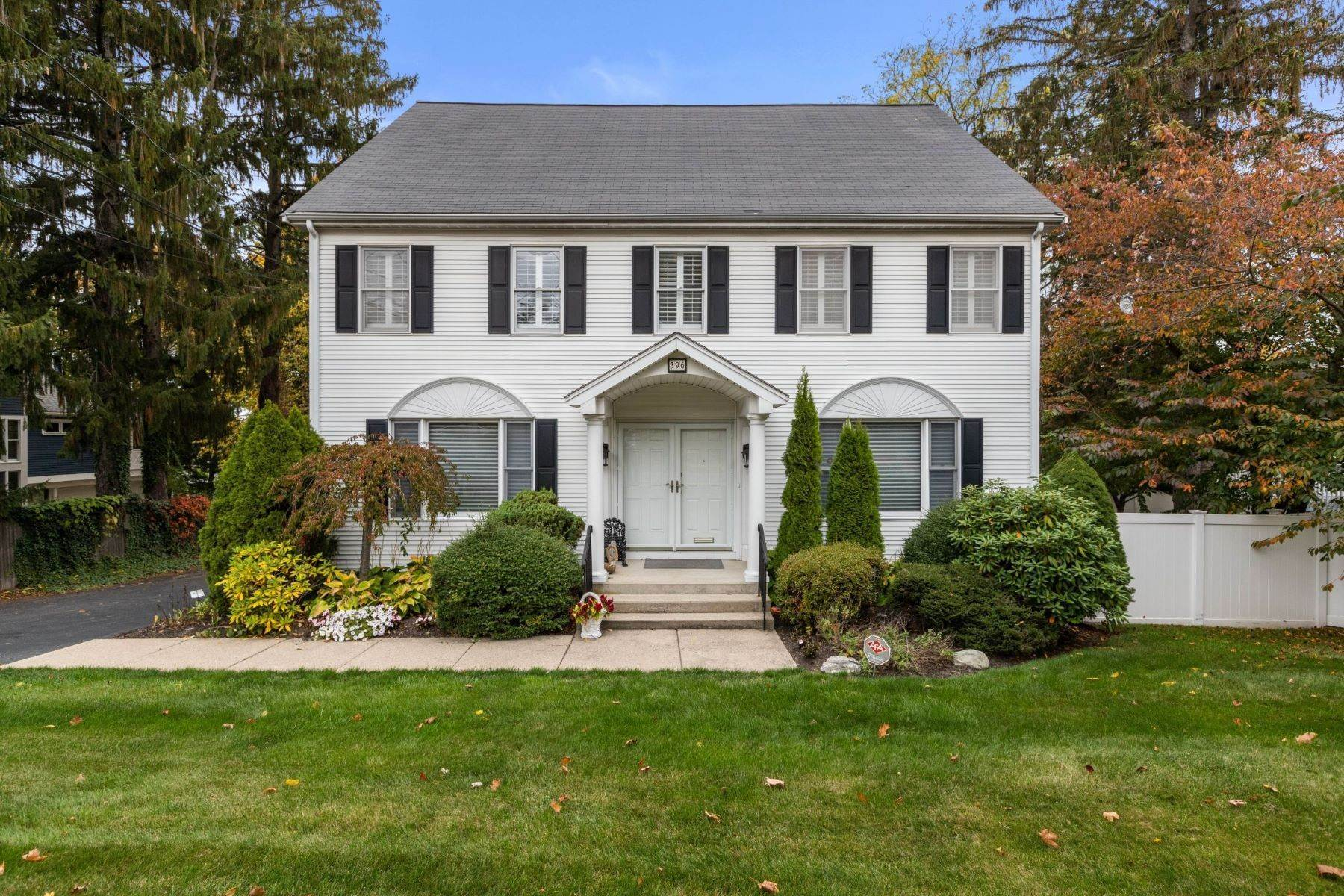 Single Family Homes por un Venta en 396 Dedham Street Newton, Massachusetts 02459 Estados Unidos
